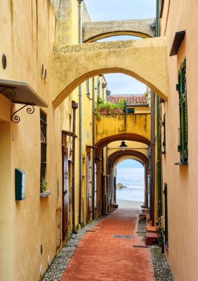 Quadro Rua estreita que conduz ao mar Mediterrâneo na cidade velha Varig