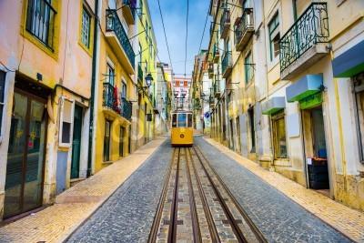 Quadro ruas da cidade velha e carro de rua em Lisboa, Portugal