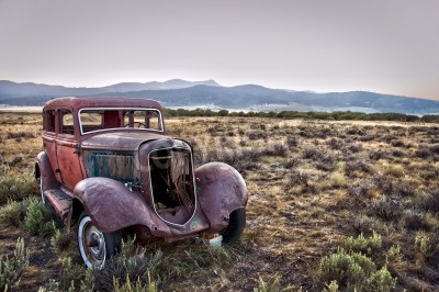 Quadro Rusty carro destruído, abandonado na natureza