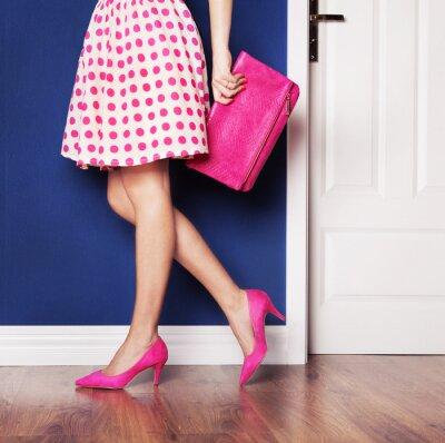 Quadro Saindo conceito, menina vestida de rosa