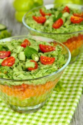 Quadro Salada saboroso com legumes frescos na tabela de madeira