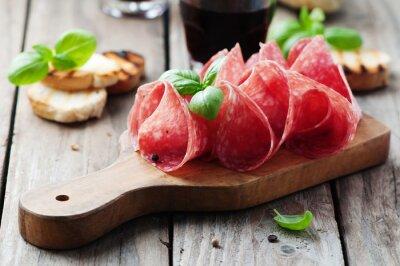 Quadro Salami delicioso com manjericão e vinho