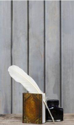 Quadro Secretária do escritor antigo - livro, pena, tinta no surfa áspera madeira
