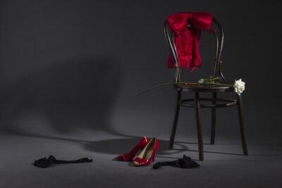Quadro Sexy lingerie, sapatos e uma rosa branca em uma cadeira retro.
