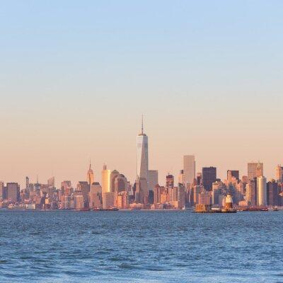 Quadro Skyline da baixa de New York City Manhattan no por do sol com os arranha-céus iluminados sobre o panorama do rio de Hudson. Composição quadrada, cópia espaço.