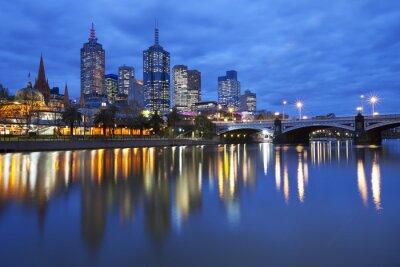 Quadro Skyline de Melbourne, na Austrália através do rio Yarra na noite