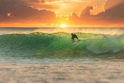 Quadro Surfista que surfa em Sunrise