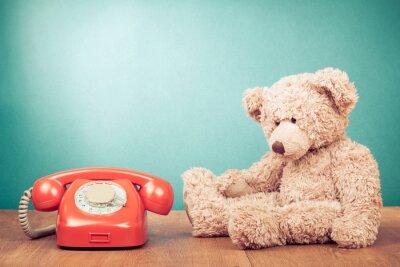 Quadro Telefone vermelho retro e perto de hortelã Teddy Bear parede verde