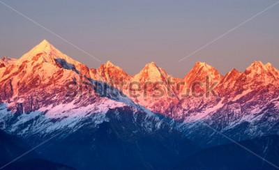 Quadro tiro perto de picos de montanhas avermelhadas durante o pôr do sol