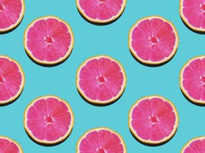 Quadro Toranja em liso e plano Padrão frutado de toranja com carne rosa em um fundo azul-turquesa Vista superior Padrão de foto plana plana moderna em estilo pop art