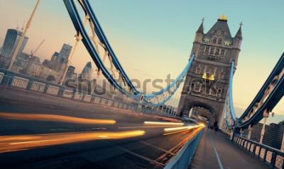 Quadro Tower Bridge e tráfego de manhã em Londres.