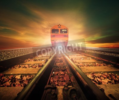 Quadro treina na junção de trilhos ferroviários na estação de comboios novamente, linda luz do sol, usa o céu para o transporte terrestre e fundo da indústria logística, pano de fundo, tema do espaço da cópi