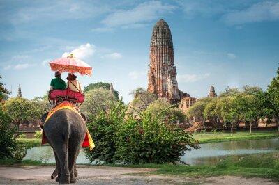 Quadro Turistas em uma excursão de passeio de elefante da cidade antiga Ayutaya, tailândia