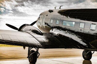 Quadro Um avião da Segunda Guerra Mundial olha para fora do seu garçom de suspensão para que o tempo se acenda
