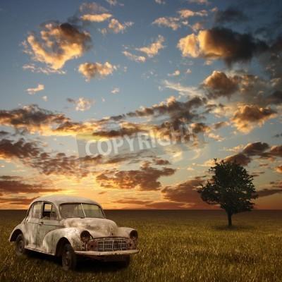 Quadro Um carro abandonado velho com por do sol