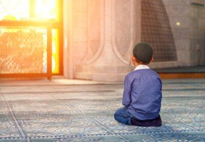 Quadro um garotinho na mesquita
