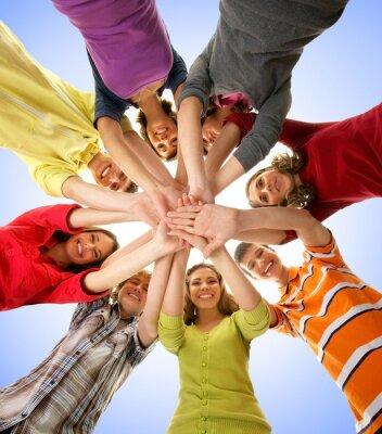 Quadro Um grupo de adolescentes felizes de mãos dadas juntos