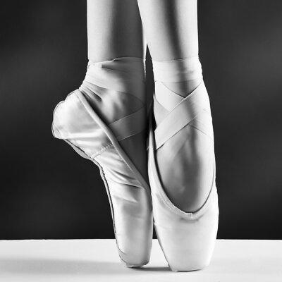 Quadro Uma foto de pointes bailarina no fundo preto