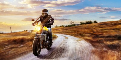 Quadro unidades de motocicleta na estrada aberta no por do sol