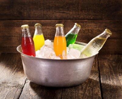 Quadro várias garrafas de refrigerante no balde com gelo