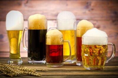 Quadro Variedade de copos de cerveja em uma mesa de madeira