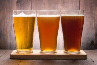 Quadro Variedade de vidros de cerveja em uma mesa de madeira