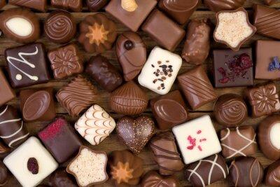 Quadro Vários chocolates no fundo de madeira