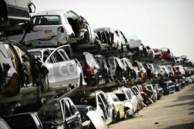 Quadro Veículos destruídos são vistos em um junkyard de carro