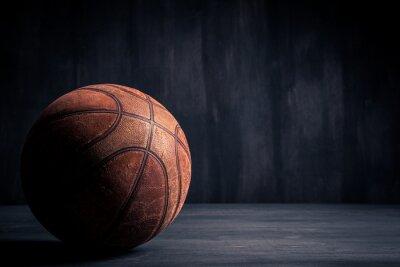 Quadro Velha bola de basquetebol em um fundo preto