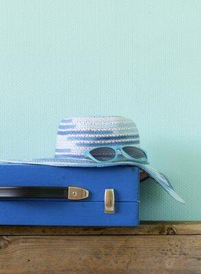 Quadro velha mala azul moda para viagens e praia chapéu