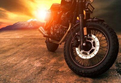 Quadro velha motocicleta retro e lindo fundo do céu do por do sol