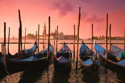 Quadro Veneza com gôndola famosas na luz cor-de-rosa delicada do nascer do sol,
