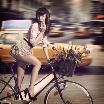 Quadro vestido vintage de bicicleta em uma rua da cidade com táxi