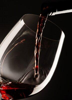 Quadro Vidro com vinho tinto no fundo escuro