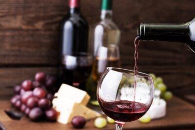 Quadro Vinho vermelho que derrama no vidro, close-up.