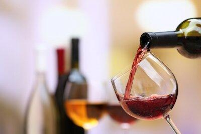 Quadro Vinho vermelho que derrama no vidro de vinho, close-up