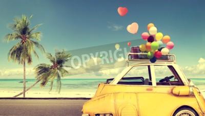 Quadro Vintage carro amarelo com coração balão colorido no céu azul da praia - conceito de amor no verão e no casamento. Viagem de lua de mel
