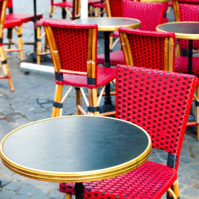 Quadro Vista para a rua de um terraço do café, com mesas e cadeiras