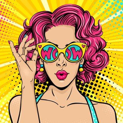 Quadro Wow pop art face. Mulher surpreendida sexy com cabelo encaracolado e boca aberta segurando óculos de sol na mão com inscrição wow em reflexão. Fundo colorido do vetor no estilo cómico retro do pop art