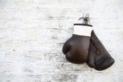 Quadro перчатки для бокса висят на стене