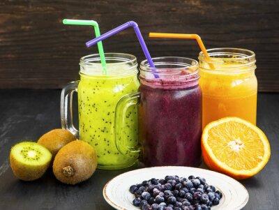 Quadro Sumos de bebidas saudáveis com kiwi, mirtilos e laranja