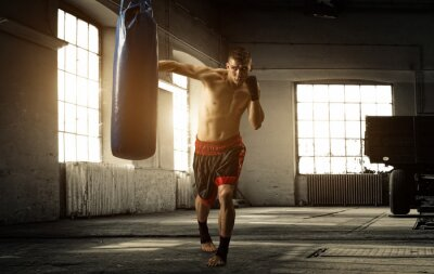 Quadro Young man boxing workout in an old building